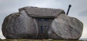 Дом между больших камней в Португалии