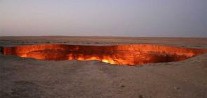 Огромная горящая дыра в пустыни