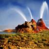 Темные скалы со сверкающими гейзерами
