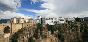 Сетениль де лас Бодегас — город в скале