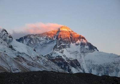 Гора Эверест Джомолунгма Самая высокая точка планеты Земля Гора Эверест с видом Вершины на восходе солнца