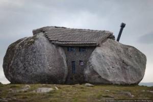 дом в горах Португалии между валунов