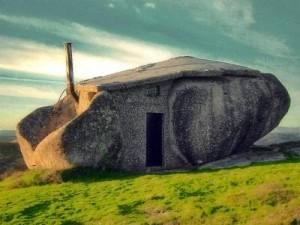 интересный сказочный дом в камнях