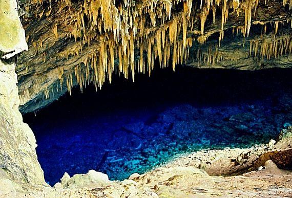 Голубое озеро в пещере
