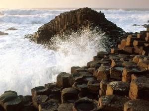 Каменные колонны, формирующие Тропу Великанов