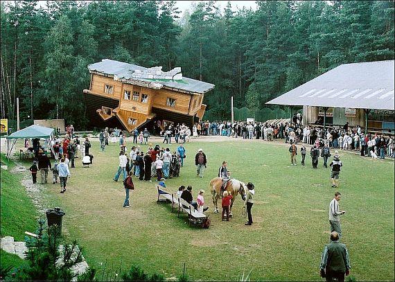 Перевернутый дом в Польше фото