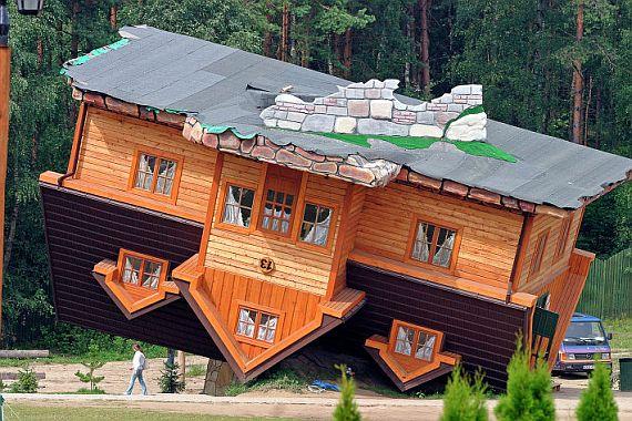 Перевернутый дом в Польше с фото