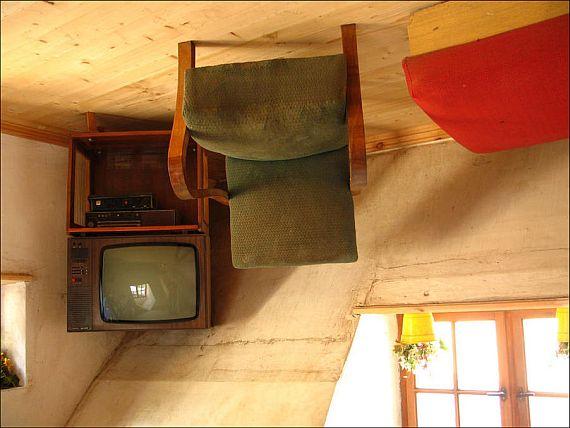 Перевернутый дом в Польше внутри