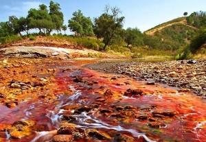 Воды реки Рио-Тинто из-за большой концентрации металлов имеют красный цвет