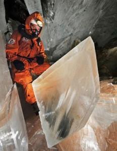 огромный кристалл в пещере