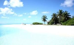 пляж с мелким белым песком