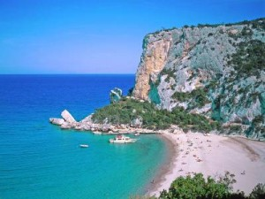 пляж в жаркой Сардинии