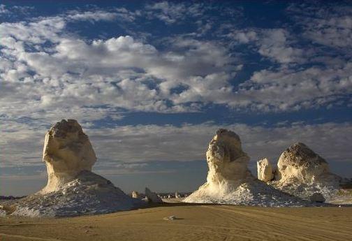 Популярна Белая Пустыня еще и из-за своих необычных горных формирований