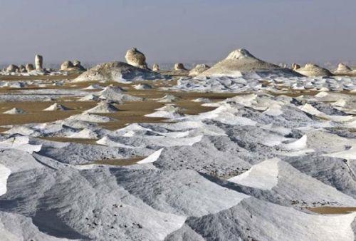 Пустыня действительно белого цвета, из-за карстовых образований