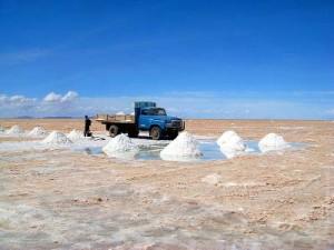 Боливия. Соляное озеро в Уюни. Погрузка соли на грузовик