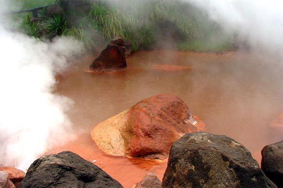 Кровавый пруд (Blood Pond Hot Spring), город Беппу (Beppu), Япония