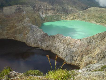 По легенде в озера Кали Муту уходят на вечный покой отошедшие души