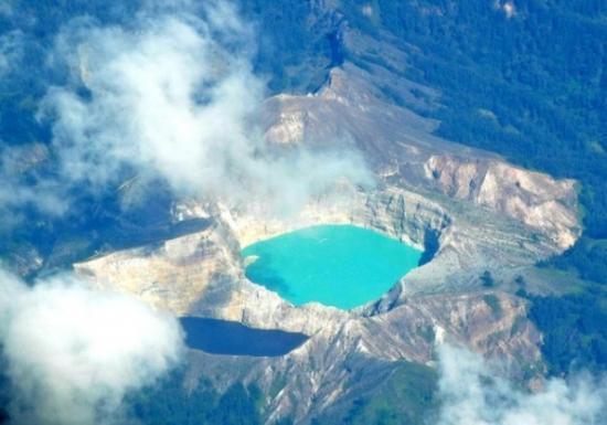вид с высока на озера Кели Муту