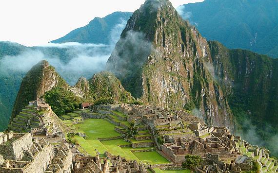 Мачу-Пикчу, Перу. Этот город построен на самой вершине Анд, на высоте 9060 метров над уровнем моря