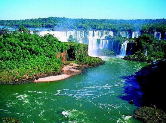 Водопад Игуасу (Foz do Iguaçu) расположен на реке Игуасу
