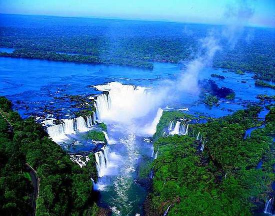 Водопад Игуасу расположен на границе трех государств