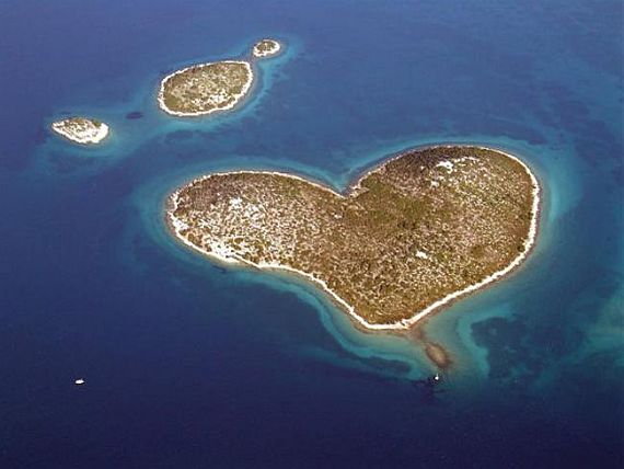 фото острова в виде сердца