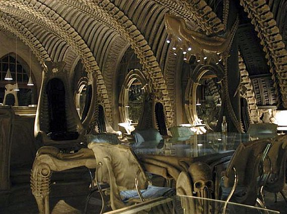 Самый необычный бар мира - бар скелетов