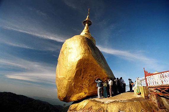 Золотой камень на вершине горы