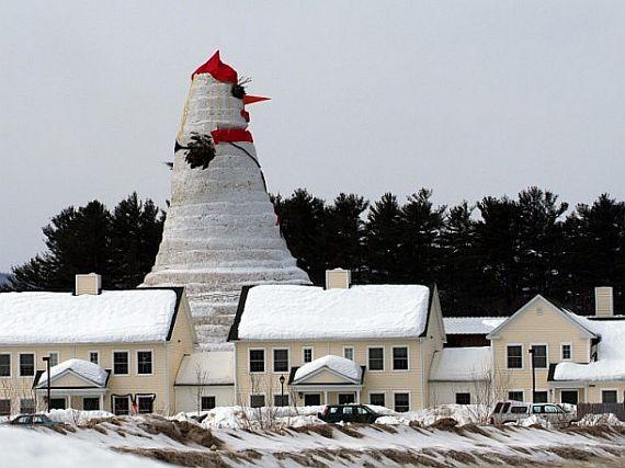 большой снеговик рядом с домами