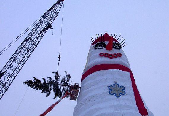 делают самого большого снеговика