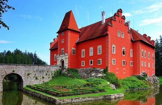 Червена Лгота - замок у озера