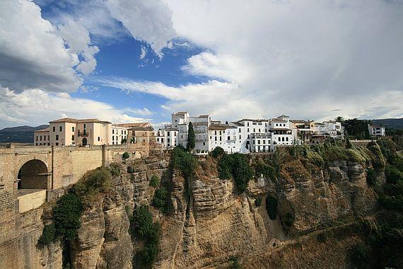 Сетениль де лас Бодегас - город в скале