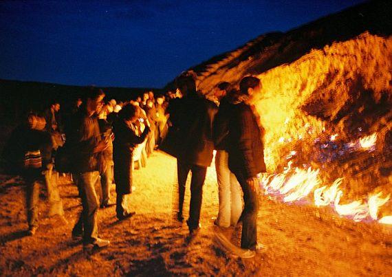 горящая гора ночью