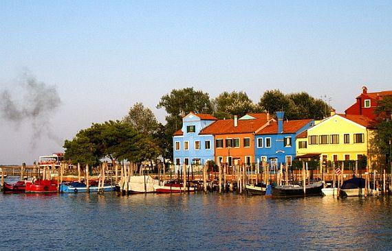 разноцветные дома на острове