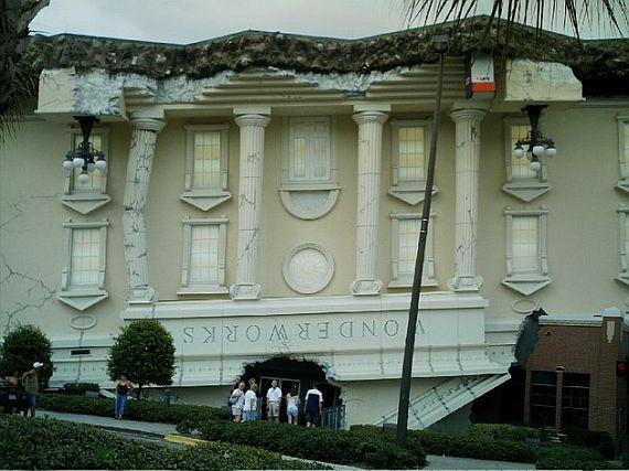 дом перевернутый вверх дном