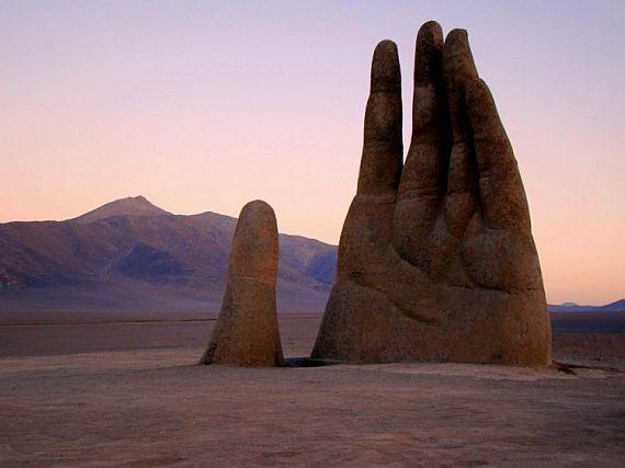 рука из песка в Атакама