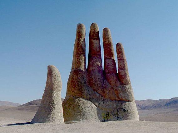 рука в песках пустыни