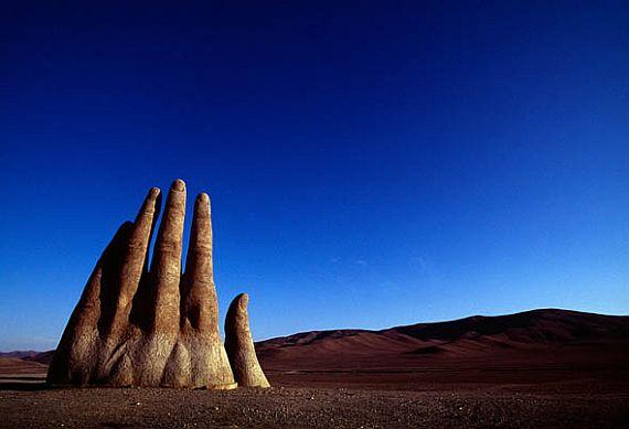 рука в пустыне