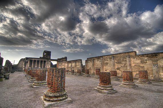Древний город Помпей и Везувий