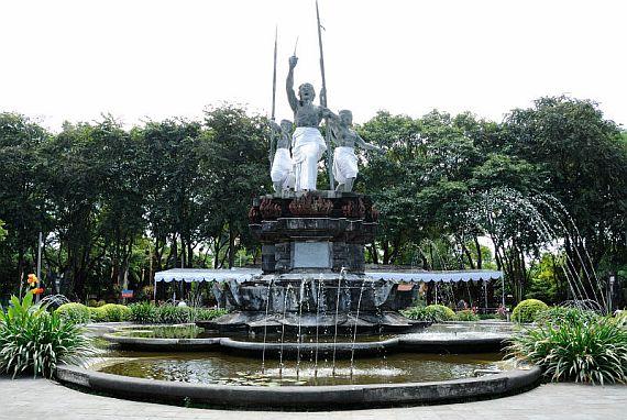 Монумент на площади Пупутан
