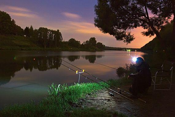 Налобный светодиодный фонарь на природе