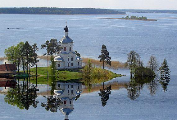 Церковь на озере Селигер