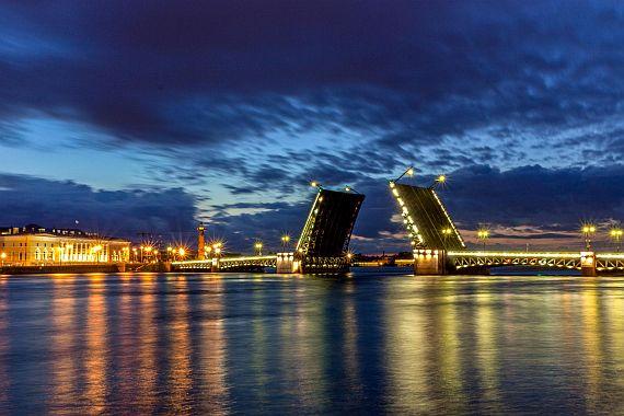 Дворцовый мост в Санкт Петербурге