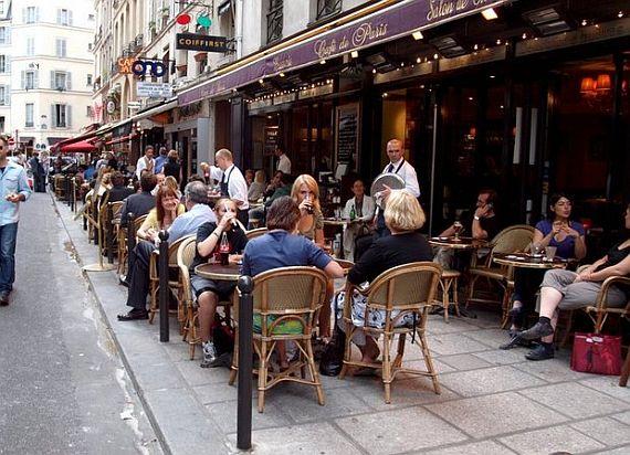 Кафе на улицах Парижа