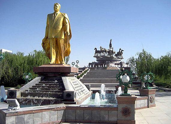 Золотая статуя в Ашхабаде
